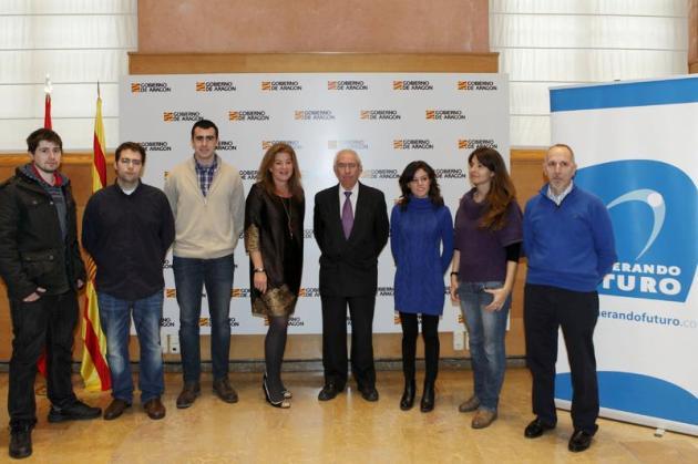 Olga Pueyo, Presidenta de Generando Futuro junto a Francisco Bono, Consejero de Economía del Gobierno de Aragón y los finalistas del Premio Generando Futuro