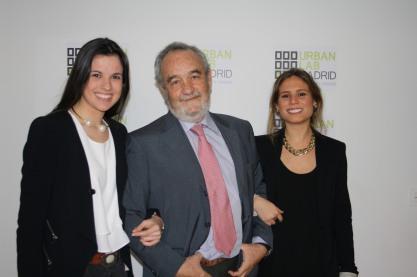 D. Carlos Escalada (Socio Director Urban Lab Madrid) con las asistentes de dirección /recepcionistas